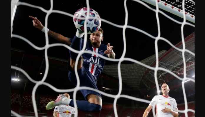 Lihat Neymar Berusaha Curi Gol Juan Bernat, Dikiranya Gak Kelihatan