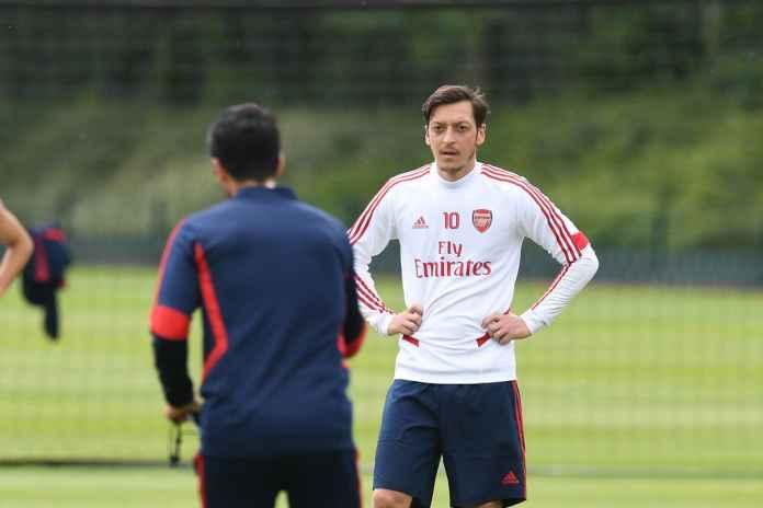 Bernd Leno Beberkan Situasi Ozil di Arsenal