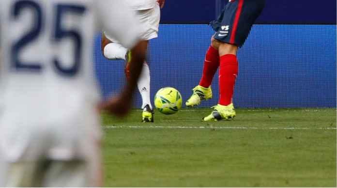 Sepakan Sisi Luar Sepatu Kanan Luis Suarez Sebabkan Kiper Real Madrid Terkecoh