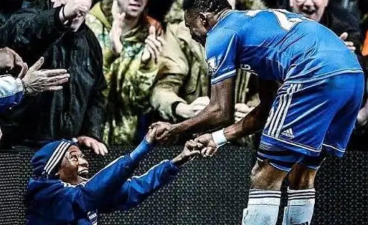 Callum Hudson-Odoi saat masih menjadi ball boy merayakan gol bersama Samuel Etoo