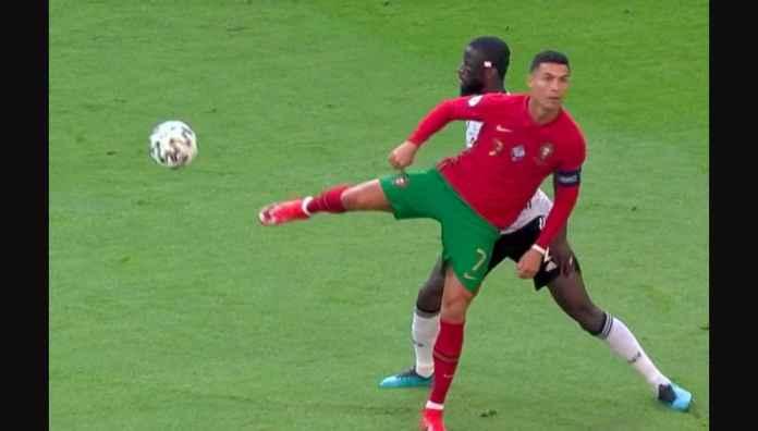 Stop Ronaldo! CR7 Iseng Banget Sempat-sempatnya Mempermalukan Bek Chelsea Ini